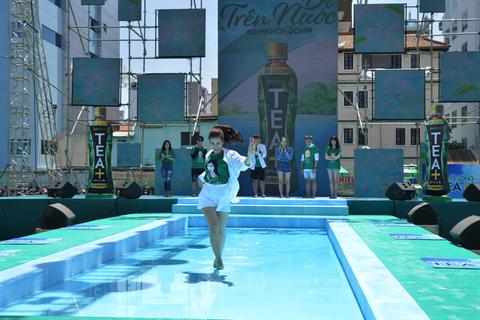 Giới trẻ Sài Gòn thi nhau thách đấu đi trên nước