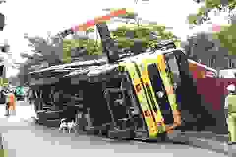 Công nhân hoảng hồn khi xe cẩu vật liệu đổ sập lên công trình đang xây
