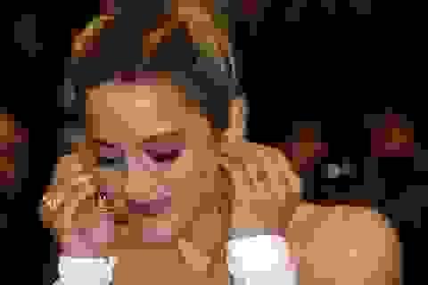 Sao Hollywood rơi khuyên tai kim cương trên thảm đỏ