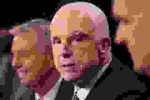 """Nhà Trắng xử lý quan chức nói ông John McCain """"đằng nào cũng sắp qua đời"""""""