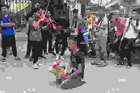 Chàng trai ôm hoa quỳ suốt 3 giờ trước cổng Nhạc Viện chờ bạn gái