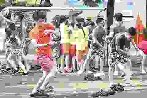 """Teen cuối cấp Yên Hòa """"phấn khích"""" trong trận chiến bóng nước"""