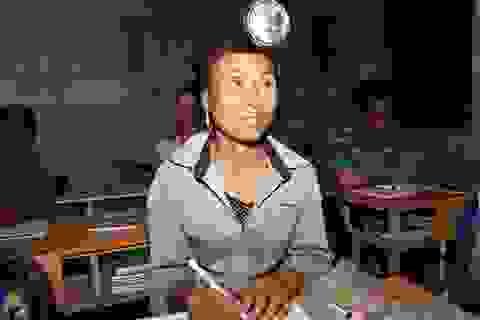 Cảm phục người Mông đội đèn, lội suối băng rừng … kiếm con chữ