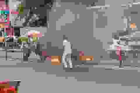 Xe tải bất ngờ bốc cháy, người đi đường tháo chạy