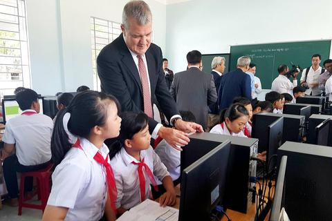 Xã nghèo ven biển được tài trợ thiết bị giáo dục và y tế