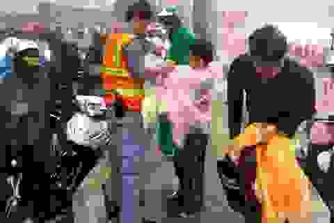 Người dân lưu thông qua hầm Thủ Thiêm được phát áo mưa miễn phí
