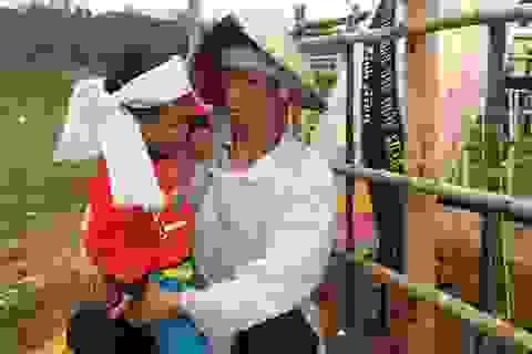 Cuộc sống bất hạnh của cậu bé mồ côi bên người cha lúc tỉnh lúc mê