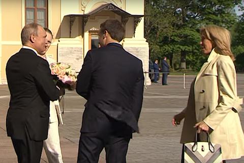 Cử chỉ lịch thiệp của ông Putin khi đón phu nhân Tổng thống Pháp