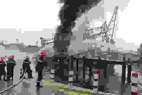 Tàu câu mực bất ngờ cháy rụi