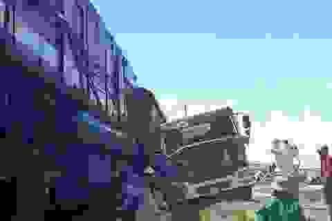 Ô tô tải chết máy trên đường sắt, bị tàu hất văng cả chục mét