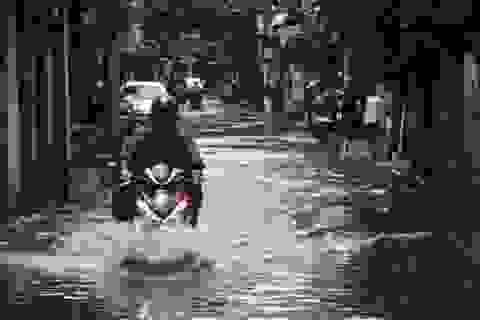 Phố phường Hà Nội bì bõm sau cơn mưa chiều cuối tuần