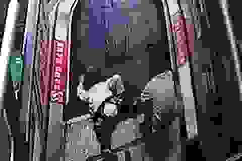 Kinh hoàng bé trai bị kẹt ngón tay vào thang cuốn trung tâm thương mại