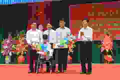 Bộ trưởng Phùng Xuân Nhạ tặng bằng khen cho học sinh giúp bạn, cứu người