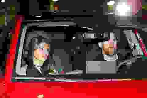"""Giành cú đúp danh hiệu, cầu thủ Barcelona dẫn cả vợ con đi """"quẩy"""""""