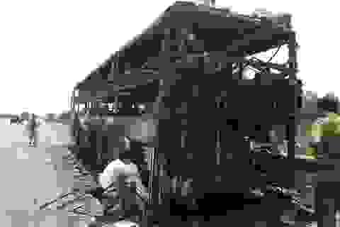 Xe giường nằm bốc cháy, hàng chục hành khách hoảng loạn, tháo chạy thoát thân