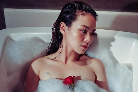 Nguyễn Hải Yến nóng bỏng với ảnh nude trong bồn tắm, tâm sự đàn bà tuổi 30