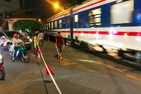 Thót tim khi ôtô tông thanh chắn tàu hỏa, lao qua đường ray ở Sài Gòn