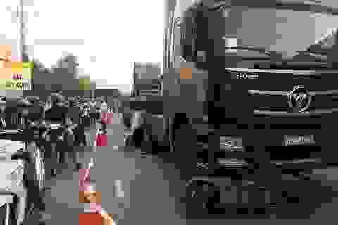 Thai nhi văng ra khỏi bụng mẹ sau vụ tai nạn kinh hoàng với xe container