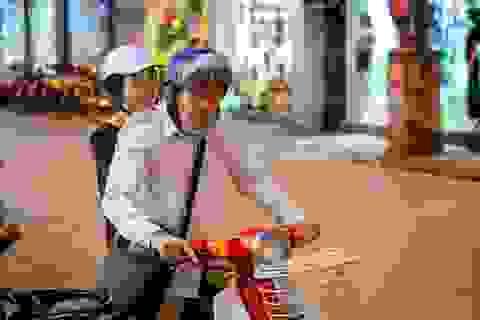 Vợ chồng NSND Lan Hương - Đỗ Kỷ tình tứ chở nhau bằng xe cub