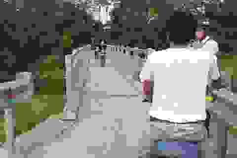 Hà Nội: Người dân khốn khổ vì cây cầu siêu hẹp