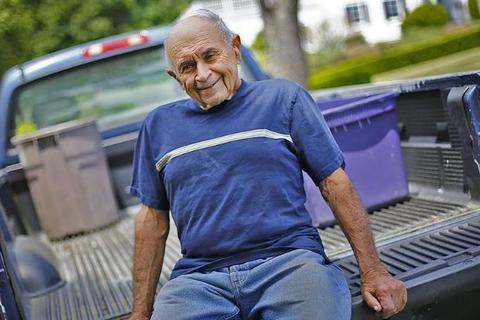 Ông lão 86 tuổi đi nhặt rác suốt 13 năm kiếm 2,3 tỷ đồng