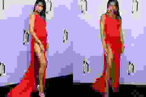 Chanel Iman bầu bí vẫn diện váy xẻ bạo