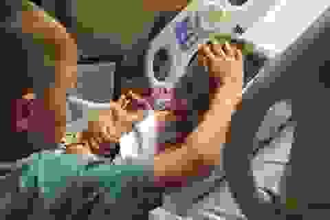 Nhói tim hình ảnh cậu bé vỗ về em gái trước khi em qua đời