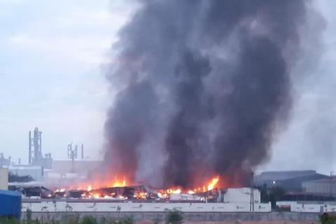 Cháy lớn suốt đêm ở ba nhà xưởng khu công nghiệp Thuỵ Vân