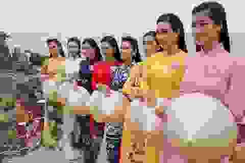 30 thí sinh hoa hậu phía Nam làm sáng bừng Eo Gió với áo dài rực rỡ  Hoa Hậu