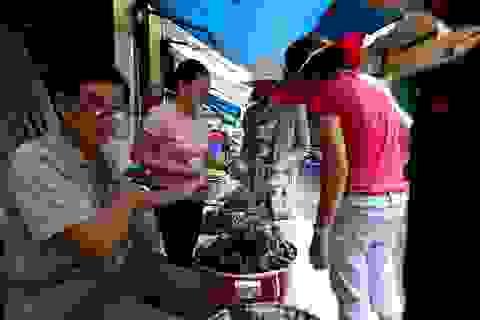 Người Sài Gòn tất bật đi chợ mua đồ cúng Tết Đoan Ngọ