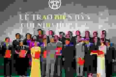 Đại học Anh Quốc Việt Nam nhận cờ thi đua của UBND thành phố Hà Nội