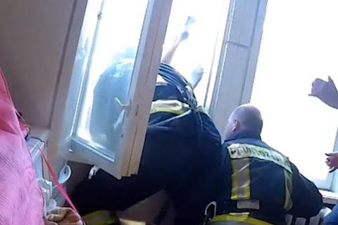 """Xem lính cứu hỏa nhoài người qua cửa sổ """"hứng"""" nạn nhân"""