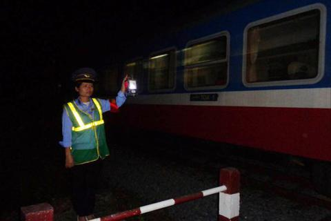 """Đường sắt Việt Nam: """"3 năm đèn sách để 30 năm xách đèn"""""""