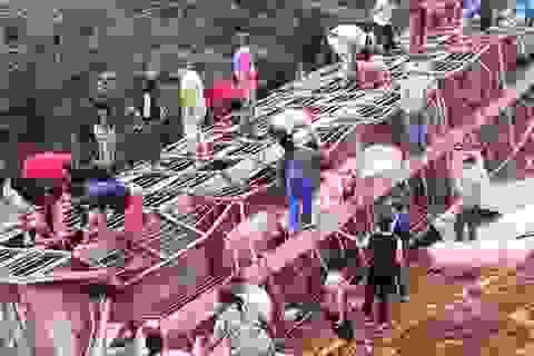 Xe tải chở 120 con lợn bị lật, người dân nhiệt tình tới hôi của