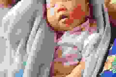 Phát hiện bé gái 10 ngày tuổi bị bỏ rơi giữa cầu