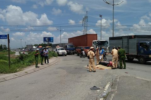 Mẹ bị xe tải tông tử vong, con khóc thét bên xác mẹ