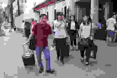 TPHCM: Giảng viên đi máy bay đến nơi coi thi