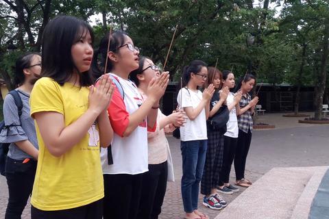 Nhiều học sinh mang hương hoa cầu may tại tượng cụ Phan Bội Châu trước ngày thi