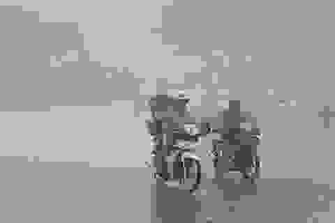 Huế: Phụ huynh đưa con đi làm thủ tục thi trong lốc lớn, mưa dữ dội