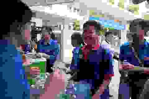 Đà Nẵng: Phát nước mát miễn phí dến phụ huynh chờ đón sĩ tử tan trường thi