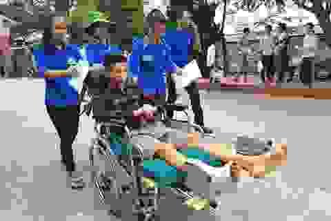 Nén đau, hai thí sinh bị nạn vẫn cố gắng đi thi