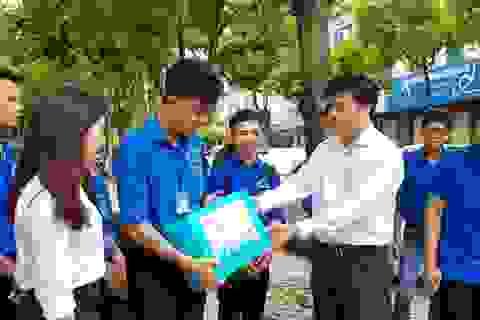 Vụ Công tác HSSV tặng quà động viên thanh niên tình nguyện mùa thi