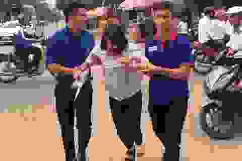 Xúc động cảnh thanh niên tình nguyện dìu thí sinh bị thương vào trường thi