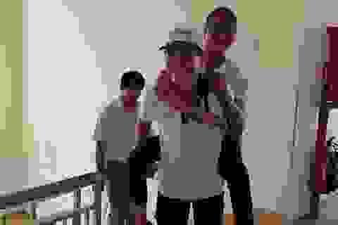 TPHCM: Sinh viên tình nguyện cõng thí sinh bị viêm tủy lên phòng thi