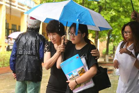 Hà Nội: Thí sinh, phụ huynh đội mưa tầm tã ra về sau buổi thi cuối