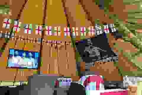 Bạn gái Harry Kane dựng lều khổng lồ để xem World Cup