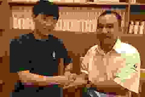 Cảnh sát Hàn Quốc vui mừng nhận lại chiếc ví bỏ quên trên taxi Việt Nam