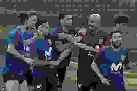 Cầu thủ tuyển Tây Ban Nha vui vẻ trên sân tập trước trận gặp Nga