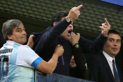 Bạc nửa mái đầu, Maradona vẫn chưa chịu trưởng thành