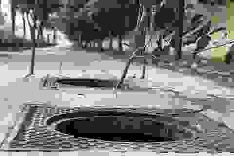 Hàng loạt nắp cống trên đại lộ đẹp nhất Sài Gòn bỗng dưng... mất tích